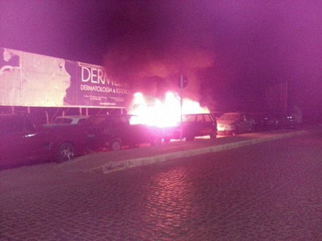 Carros apreendidos pegam fogo em frente a Companhia da Policia Militar