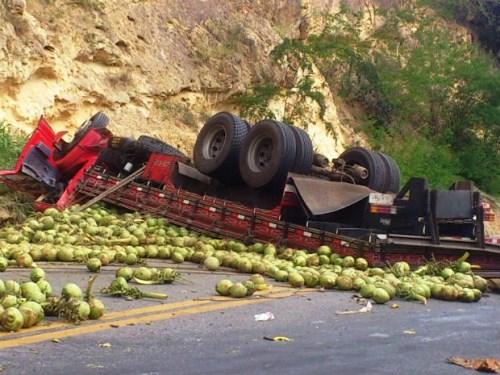 Caminhão carregado de coco tomba na BR-116 no trecho da 'Serra do Mutum'