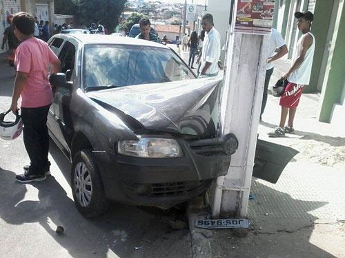 Mulher tenta impedir que cachorro pulasse do carro e acabou sofrendo um acidente