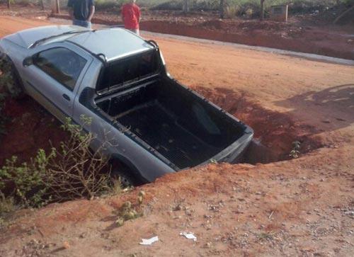 Carro é 'engolido' por buraco e motorista leva um tremendo susto