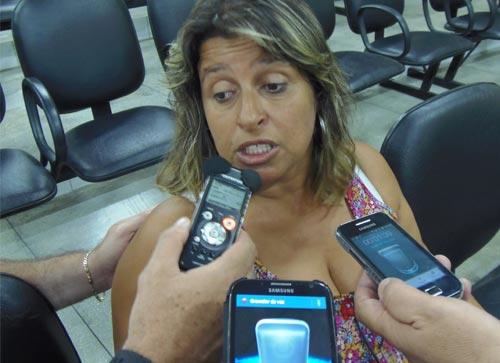 'Nenhum beneficio o prefeito tem feito na Vila, mas presídio quer jogar pra cima de nós' diz Rosa Riqueza