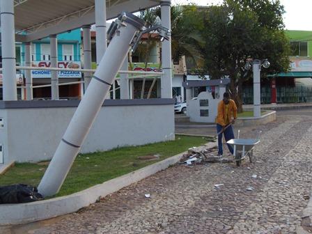 Prefeitura realiza limpeza da praça após forte vento que causou grande estrago