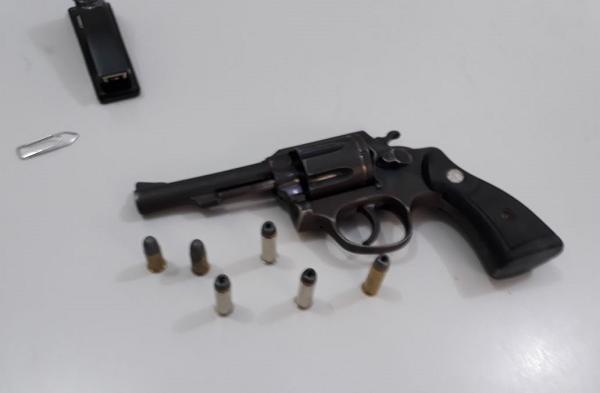 Polícia detém dupla acusada de tentativa de homicídio na zona rural de Brumado; arma foi apreendida