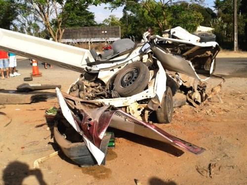 Teixeira de Freitas: Duas pessoas morrem após carro bater em poste na BA-290