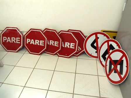 Placas de sinalização retiradas por vândalos são recolhidas pelo DTTU