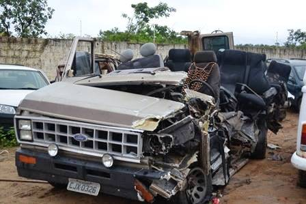 Acidente entre Van e Carreta deixa nove pessoas feridas e quatro mortas.