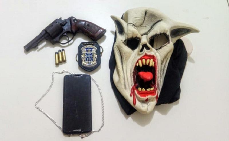 Bandido que usava máscara de demônio para assaltar é preso; moto, arma e munições foram apreendidas