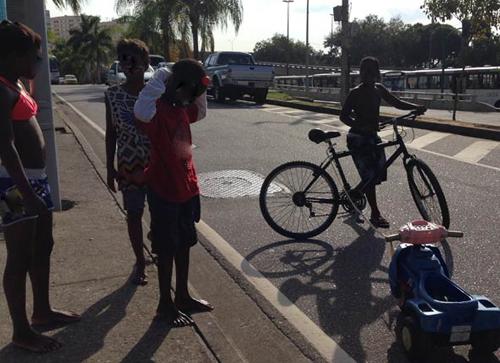 Menino que andou de velocípede em via do Rio tem 8 anos e achou 'legal'