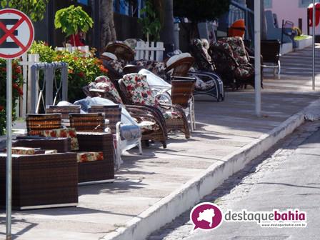 Loja a céu aberto: Vendedores de móveis que ocupam as calçadas e praças são notificados pela prefeitura