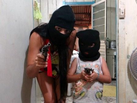 Paraná: Adolescente e criança posam para fotos com capuz e armas nas mãos