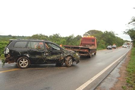 BR-030: Carro bate em viatura da Polícia Civil no mesmo local do acidente entre Van e Carreta