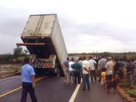 Uauá: Caminhão-baú cai em uma cratera aberta pela chuva na BR-235