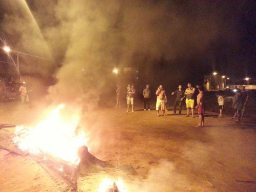 Moradores incendeiam madeiras e pneus em protesto no Bairro Santa tereza