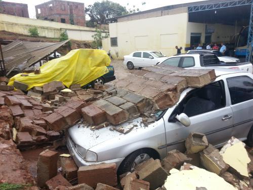 Muro da garagem da Novo Horizonte Cai e danifica vários veículos