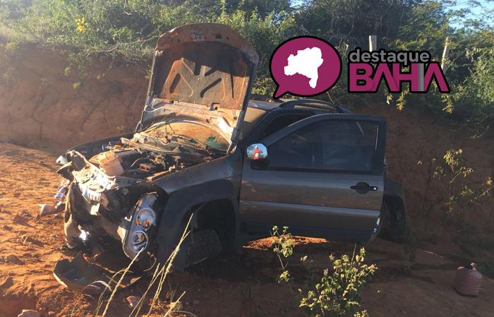 Carro fica destruído após capotamento na BA – 623, trecho entre Vila Mariana e Maetinga
