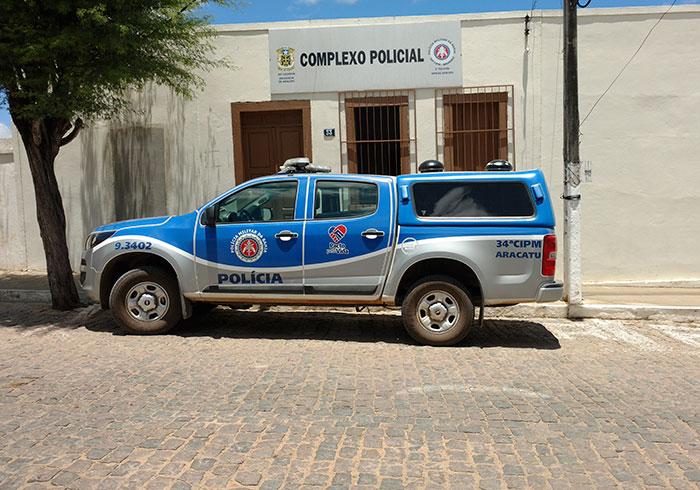 Bandidos arrombam garagem, roubam veículo e outros produtos em Aracatu