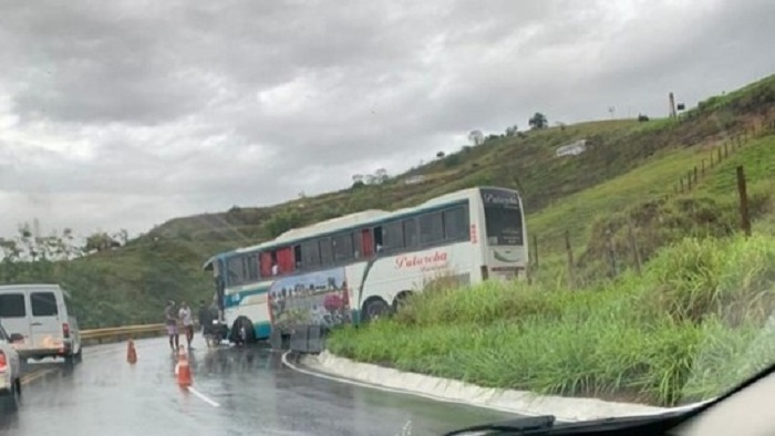 Ônibus bate de frente com carreta em Vitória da Conquista; ninguém ficou ferido