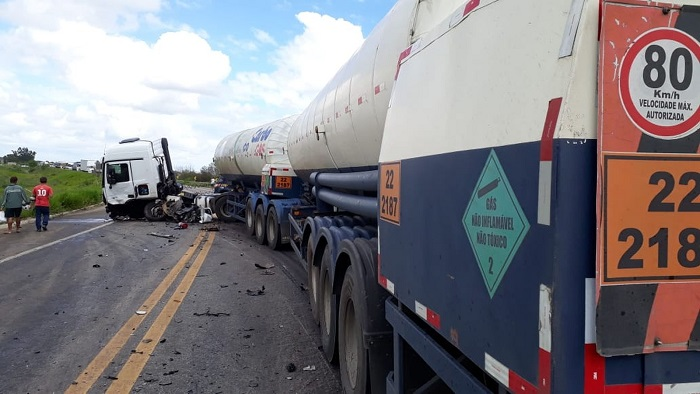 Homem morre após batida entre carro e carreta-tanque na BR-101