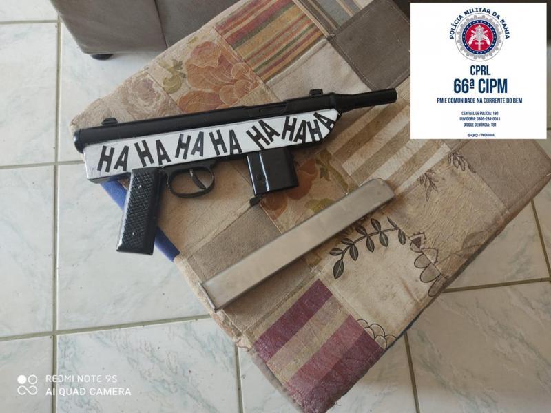 Submetralhadora e pistola são apreendidas com traficantes em Feira