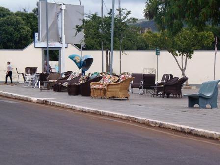 Por falta de fiscalização praças se transformam em lojas a céu aberto