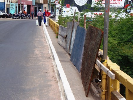 Estrutura da ponte continua com tapumes desde acidente com veiculo