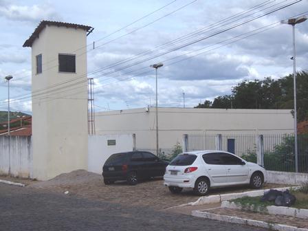 Menores são flagrados por câmera de segurança tentando jogar drogas para detentos e são apreendidos em flagrante