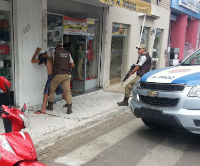 Indivíduo tenta roubar bicicleta no centro, mas é surpreendido pela polícia