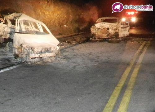 Acidente fatal: Dois carros se chocam, pegam fogo e duas pessoas morrem carbonizadas