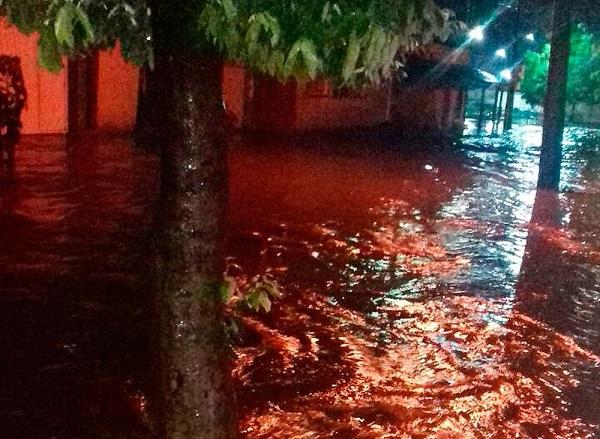 Ruas e casas ficam alagadas em Bom Jesus da Lapa