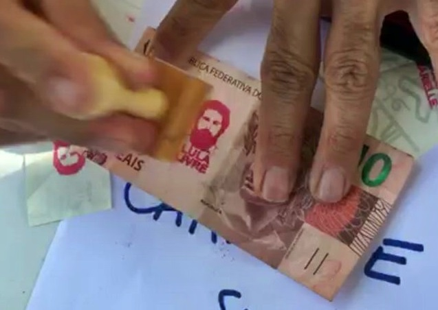 Banco Central nega que cédulas carimbadas de 'Lula livre' percam valor