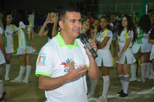 Gil Rocha prestigia a abertura do Campeonato de Guajeru; junto com ele estiveram os deputados Waldenor Pereira e Zé Raimundo