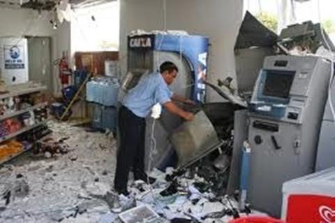 Grupo rende vigilante e explode caixa eletrônico em Urandi