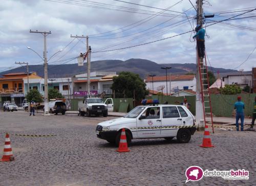 Postes que estavam em locais impróprios são retirados da Rua Francisco da Silva