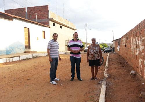 Atendendo aos pedidos de moradores José Ribeiro leva Secretário para ver obra inacabada