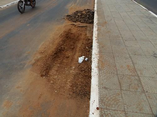 Embasa não recupera asfalto em Avenida após abrir buraco para recuperar rede de água