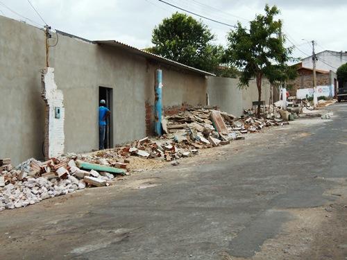 Péssimo exemplo: Escola é reformada pela prefeitura e entulho e jogado em cima da calçada
