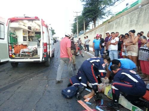 Acidente grave envolvendo carro e moto na Avenida Coronel Santos