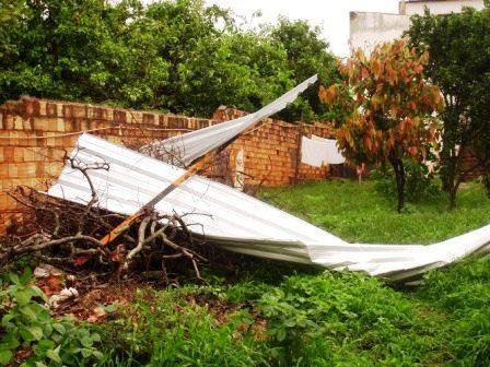 Pequeno tornado provoca estragos e assusta moradores