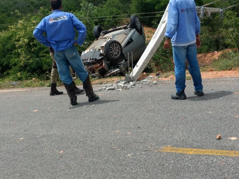 Carro desvia de motocicleta, capota e motorista sai ileso de acidente na BA-026