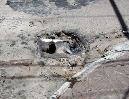 Buraco nas principais avenidas da cidade só não é maior que o descaso da prefeitura