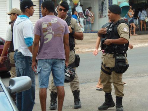 Polícia aborda suspeitos de estarem armados no centro