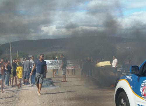Moradores de comunidades rurais e bairros da cidade protestam contra o presídio