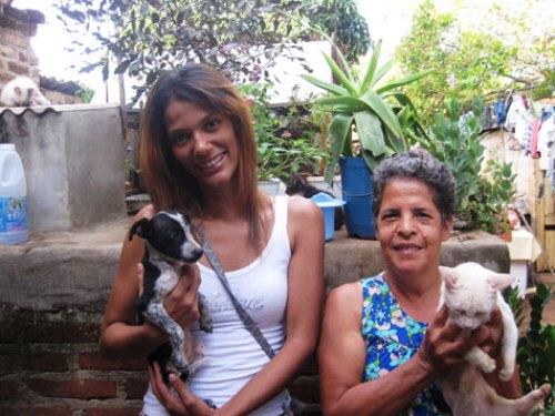 Ativista visita protetora de animais no Bairro Olhos D`água