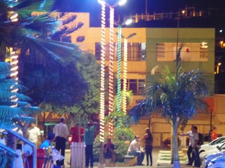 Iluminação natalina, centro da cidade no clima de festa