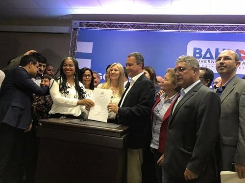 Convênio para reforma do estádio Minhocão em Malhada de Pedras é assinado por Rui Costa; prefeita esteve com o governador ontem, 13