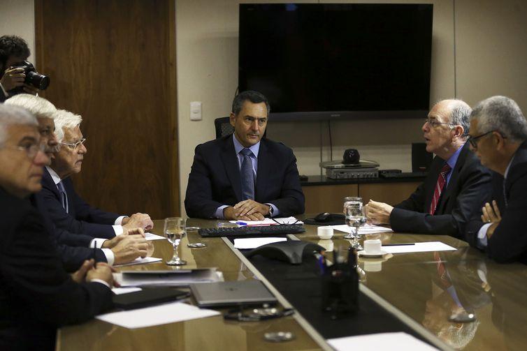 Presidente da Petrobrás diz que  governo não considera mudar política de preços dos combustíveis