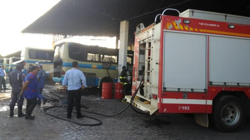 Ônibus pega fogo em garagem de empresa no sudoeste da Bahia