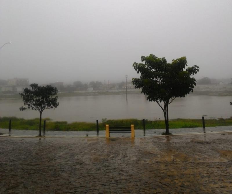 Chuvas constantes enchem lagoa da Gameleira em Aracatu e munícipes comemoram
