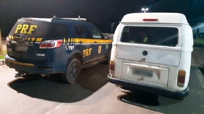 Kombi roubada em 2015 é apreendida em rodovia da BA sendo utilizada como transporte escolar