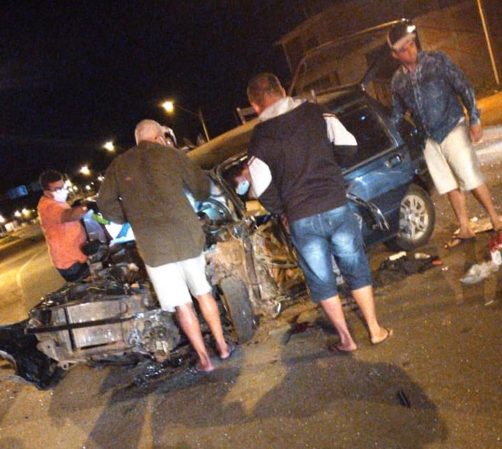 Brumado: Carro colide contra caminhão tanque na BA-148; automóvel ficou destruído